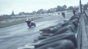 La caduta fuori il moto bike alla pista sdrucciolevole stock footage
