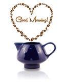 La caffettiera con i chicchi di caffè ha modellato il cuore con il segno di buongiorno Fotografie Stock Libere da Diritti