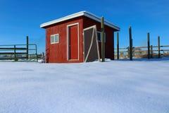 La cage de poulet rouge sur une neige a couvert la ferme photos libres de droits