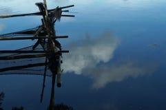 La cage en bambou de poissons de décomposition construite le long du lac de montagne étayent Image stock