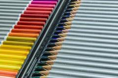 La caisse de nouveaux crayons colorés a commandé prêt à être employé Photographie stock