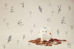 La caja blanca de la hucha o de dinero con el dinero acuña Foto de archivo libre de regalías