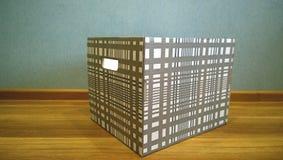 La caja a cuadros grande vacía está cerca de la pared en el piso imagenes de archivo