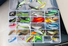 La caja de aparejos de un pescador con señuelos y engranaje para pescar Fotos de archivo