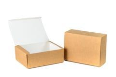 La caja de cartón abierta y cerrada dos o la caja de papel marrón aisló los wi Fotos de archivo
