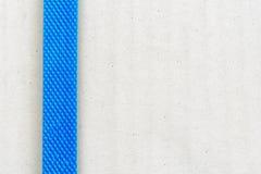 La caja de cartón/el paquete marrones claros sujetó con el plástico azul/la correa de nylon antes de enviar a varia área fotos de archivo libres de regalías