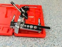 La caja de herramientas usada para la llamarada de cobre del tubo Imagen de archivo