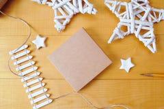 La caja de Kraft del fondo de la Navidad con el lugar para su texto y la Navidad blanca protagonizan el fondo de madera Endecha p Fotos de archivo libres de regalías