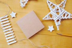La caja de Kraft del fondo de la Navidad con el lugar para su texto y la Navidad blanca protagonizan el fondo de madera Endecha p Foto de archivo