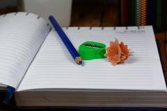 la caja de lápices, se corrige, cuaderno abierto Imagen de archivo