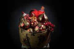 La caja de la Noche Vieja con el gallo del fuego Imagenes de archivo