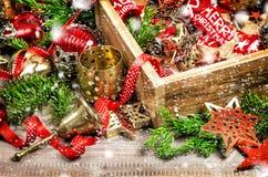 La caja de las decoraciones de la Navidad protagoniza nieve del vintage de los ornamentos Imagen de archivo