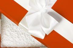 La caja de lujo roja abierta llenó de las bolas blancas de la espuma de poliestireno Seguridad p Foto de archivo libre de regalías