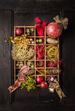 La caja de madera con las cintas y la Navidad marca, en fondo de madera oscuro, concepto de la Navidad con etiqueta Imagenes de archivo