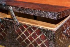 La caja de madera vieja grande semiabierta, tapizada en hierro labrado con el modelo geométrico ajusta Fotos de archivo