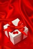 La caja de regalo, cinta del arco, pétalos de rosas florece Foto de archivo libre de regalías