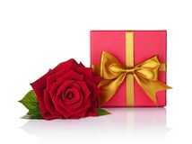 La caja de regalo clásica con el lazo de satén de oro y hermoso rojos subieron Imagenes de archivo