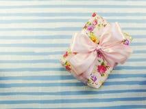 La caja de regalo con el arco rosado con el vintage del fondo del espacio de la copia filtra Fotografía de archivo libre de regalías