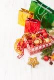 La caja de regalo con las bolas de la Navidad y el regalo empaquetan en el fondo blanco Imágenes de archivo libres de regalías