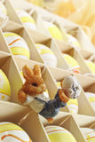 La caja de regalo con los huevos de Pascua y el conejito de pascua figuran Fotografía de archivo