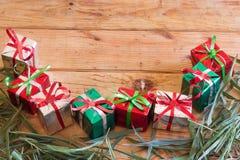 La caja de regalo de la Navidad con verde se va en el fondo de madera Imágenes de archivo libres de regalías