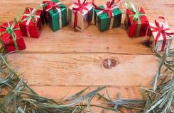 La caja de regalo de la Navidad con verde se va en el fondo de madera Foto de archivo libre de regalías