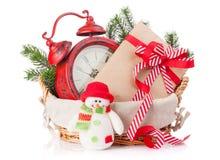 La caja de regalo de la Navidad, el despertador y el muñeco de nieve juegan Foto de archivo libre de regalías