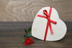 La caja de regalo en forma de corazón y subió fotos de archivo libres de regalías