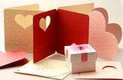 La caja de regalo en la tarjeta de felicitación para los eventos de la celebración fotos de archivo
