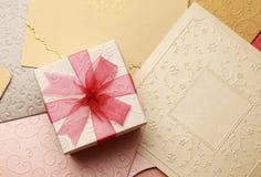 La caja de regalo en la tarjeta de felicitación para los eventos de la celebración Fotos de archivo libres de regalías