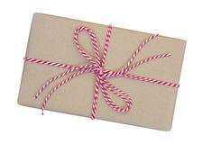 La caja de regalo envuelta en marrón recicló el papel con la cuerda roja y blanca Imagen de archivo