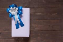 La caja de regalo está en el fondo de madera con el espacio vacío Imágenes de archivo libres de regalías