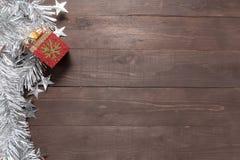 La caja de regalo está en el fondo de madera con el espacio vacío para Cristo Imagenes de archivo