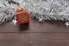 La caja de regalo está en el fondo de madera con el espacio vacío para Cristo Fotos de archivo