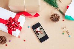 La caja de regalo fue colocada con los artículos de las decoraciones del día de la Navidad Foto de archivo