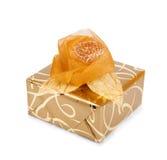 La caja de regalo hermosa en papel del oro con una seda subió Imagen de archivo libre de regalías