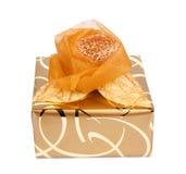 La caja de regalo hermosa en papel del oro con una seda subió Fotografía de archivo libre de regalías