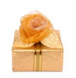 La caja de regalo hermosa en papel del oro con una seda subió Imágenes de archivo libres de regalías