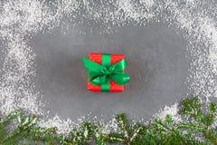 La caja de regalo de la Navidad, abeto ramifica, marco de la nieve Año Nuevo, concepto de Navidad Imagen de archivo
