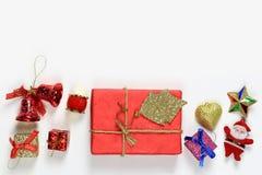 La caja de regalo se coloca en un fondo blanco y tiene espacio de la copia Imagenes de archivo