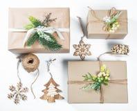 La caja de regalos con clase de la Navidad presenta en papel marrón con los juguetes y la decoración del Año Nuevo Fotos de archivo libres de regalías