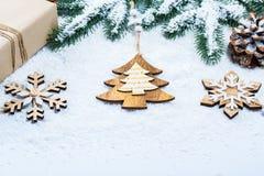 La caja de regalos con clase de la Navidad presenta en papel marrón con los juguetes y la decoración del Año Nuevo Foto de archivo
