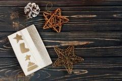 La caja del regalo de Navidad y las estrellas de oro juega en Rus negro elegante Foto de archivo