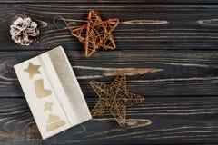 La caja del regalo de Navidad y las estrellas de oro juega en Rus negro elegante Imagen de archivo