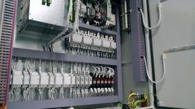 la caja eléctrica contiene muchos terminales, retransmisiones, alambres e interruptores Concepto del concepto de la fabricación y metrajes