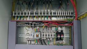 la caja eléctrica contiene muchos terminales, retransmisiones, alambres e interruptores Concepto del concepto de la fabricación y almacen de video
