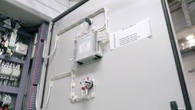 la caja el?ctrica contiene muchos terminales, retransmisiones, alambres e interruptores Concepto del concepto de la fabricaci?n y metrajes