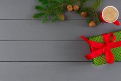 La caja en verde dotten el papel para Navidad, Año Nuevo en fondo de madera gris Imagen de archivo libre de regalías