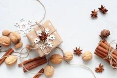 La caja festiva adornó el cordón del lino del copo de nieve Fotos de archivo