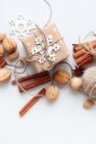 La caja festiva adornó el cordón del lino del copo de nieve Foto de archivo libre de regalías